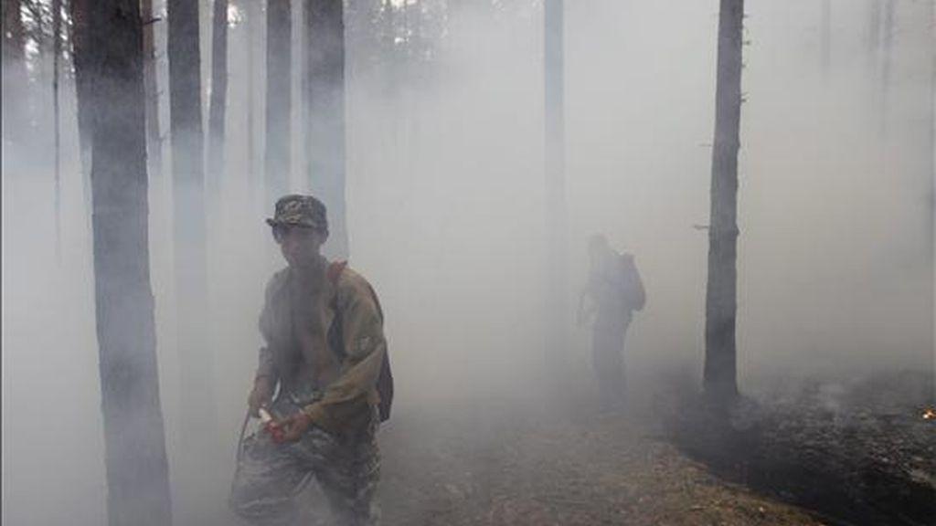 Vecinos ayudando a combatir un incendio cerca de Vyksa, en el distrito de Nizhny Novgorod, a unos trescientos kilómetros de Moscú, este miércoles. EFE