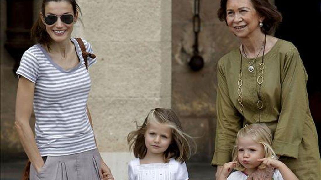 """La Reina Sofía, acompañada de la Princesa de Asturias y sus nietas, las infantas Leonor y Sofía, después de su visita al museo de vidrio """"Gordiola"""" en la localidad de Algaida (Mallorca). EFE"""