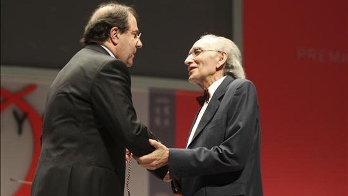 El dramaturgo José Luis Alonso de Santos recoge el premio de las Letras durante el acto de entrega de los Premios Castilla y León 2009 celebrado el pasado mes de abril en Salamanca. EFE/Archivo