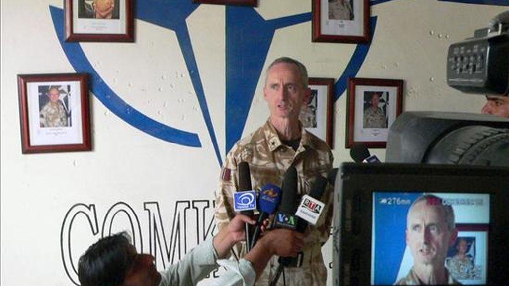 El general británico Gordon Mould informando a la prensa sobre el ataque a la base aérea de Kandahar, la principal de la ISAF en el sur de Afganistán, este martes. EFE