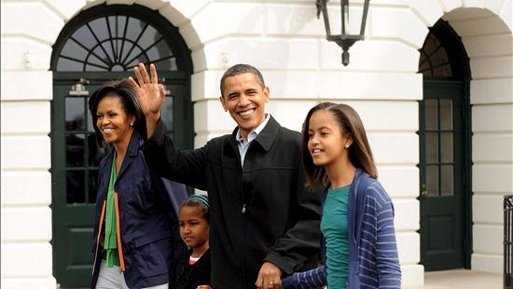 """Según la información de la Casa Blanca, los Obama tuvieron el año pasado unos ingresos netos de 2.656.902 dólares, """"la mayor parte de la venta de libros"""" y de su salario como senador por Illinois. EFE/Archivo"""
