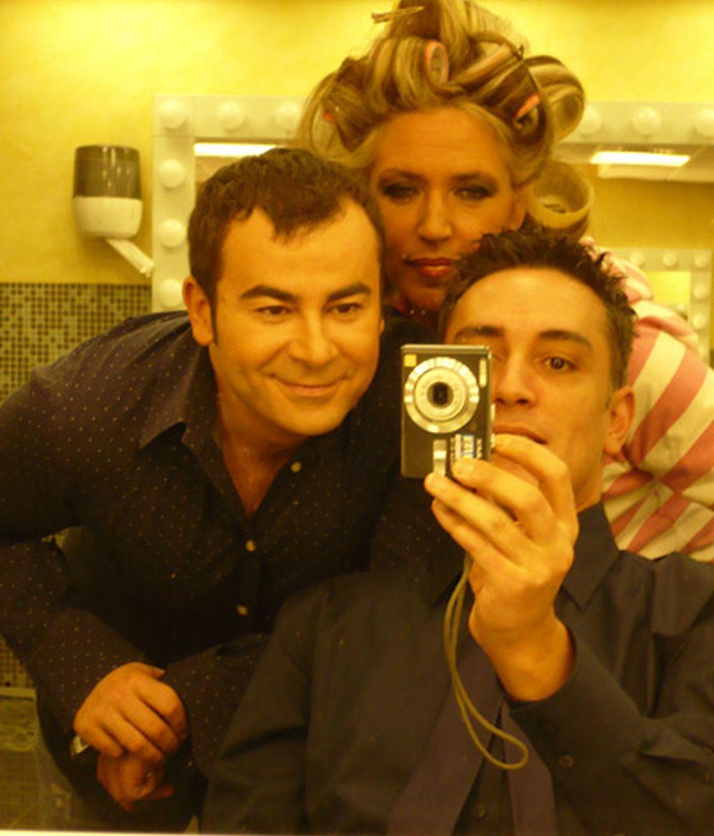 Jorge Javier, Lidya, con sus rulos, y Kiko, en maquillaje