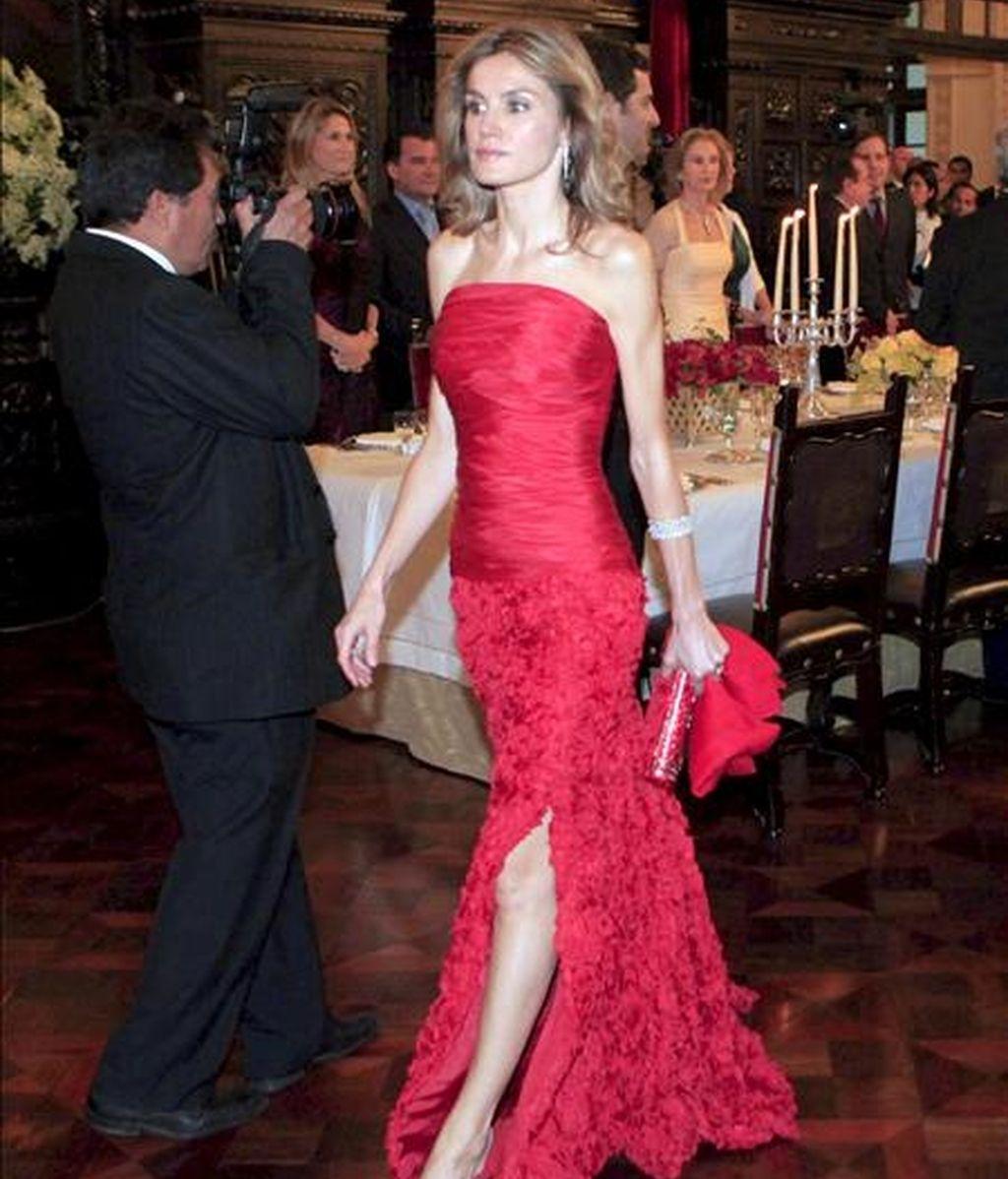 La Princesa de Asturias, doña Letizia, a su llegada a la cena de gala ofrecida por el presidente de Perú, Alan Garcia (d), en el Placio de Gobierno en Lima, el pasado 24 de noviembre. EFE/Archivo