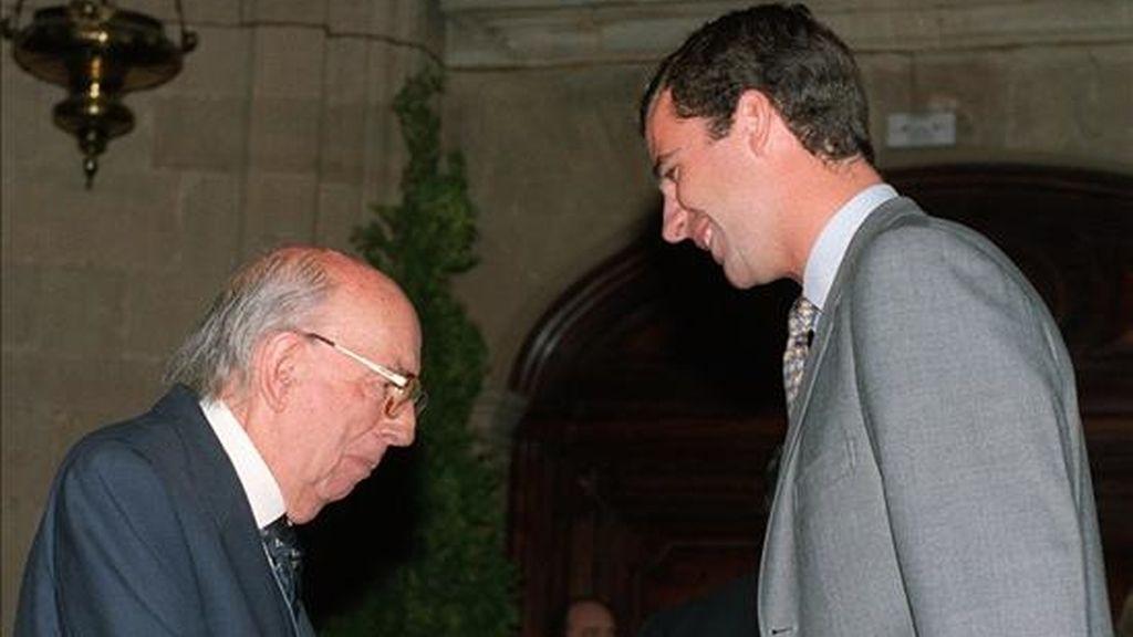 El príncipe Don Felipe de Borbón, saluda al filósofo, José Luis López Aranguren, antes de recibir el 27 de octubre de 1995, el Premio Príncipe de Asturias de Comunicación y Humanidades 1995 que compartió con la Agencia EFE, durante la audiencia previa a la entrega de premios celebrada en el Teatro Campoamor de Oviedo. EFE/Archivo