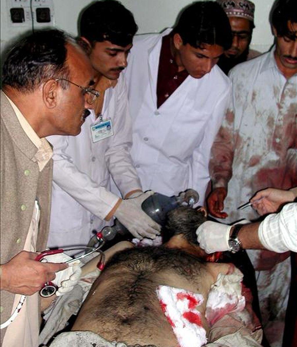 Uno de los heridos en un ataque suicida llevado a cabo en el centro policial de Tangi, provincia de Charsadda, recibe tratamiento médico en un hospital de Peshawar, capital de la Provincia de la Frontera del Noroeste (NWFP), Pakistán, el pasado 15 de abril. EFE