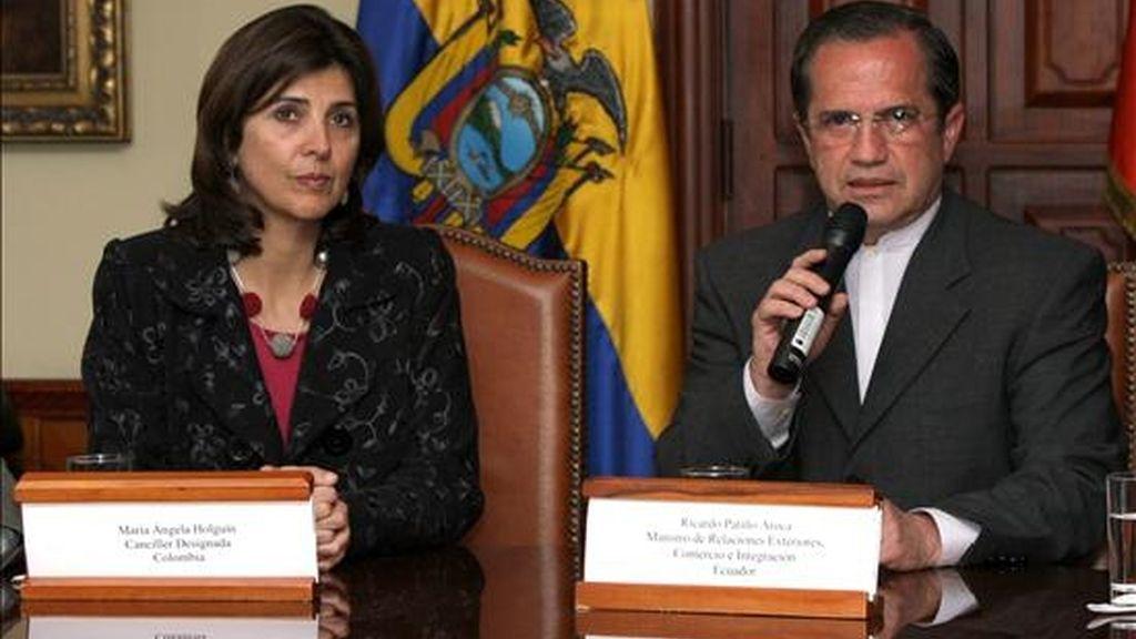 El ministro ecuatoriano de Relaciones Exteriores, Ricardo Patiño (d), habla el pasado 19 de julio de 2010, en presencia de su homóloga designada de Colombia, María Ángela Holguín (i), en Quito (Ecuador). EFE/Archivo