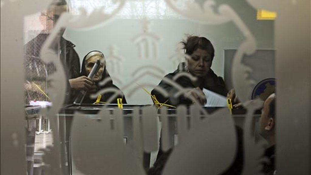 Varias personas ejercen su derecho al voto en un colegio electoral en Gracanica, Kosovo, durante las primeras elecciones parlamentarias desde su independencia unilateral de Serbia en febrero de 2008, adelantadas tras el derrumbe de la coalición gubernamental. EFE