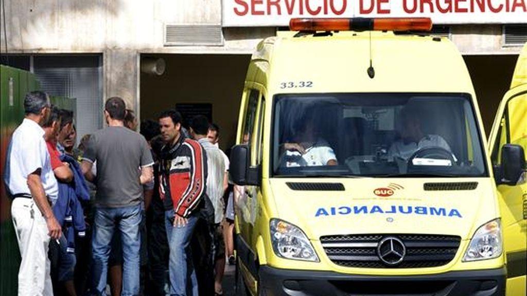 Amigos y familiares de los dos pilotos del escuadrón de cazas F-18 de la base aérea de Gando (Gran Canaria) a las puertas del Hospital Insular donde los dos militares han sido trasladados ilesos para hacerles un reconocimiento. EFE