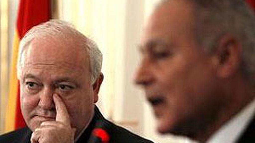 Moratinos junto a su homólogo egipcio, Ahmed Abul Gheit, a su llegada a El Cairo. Foto: EFE.