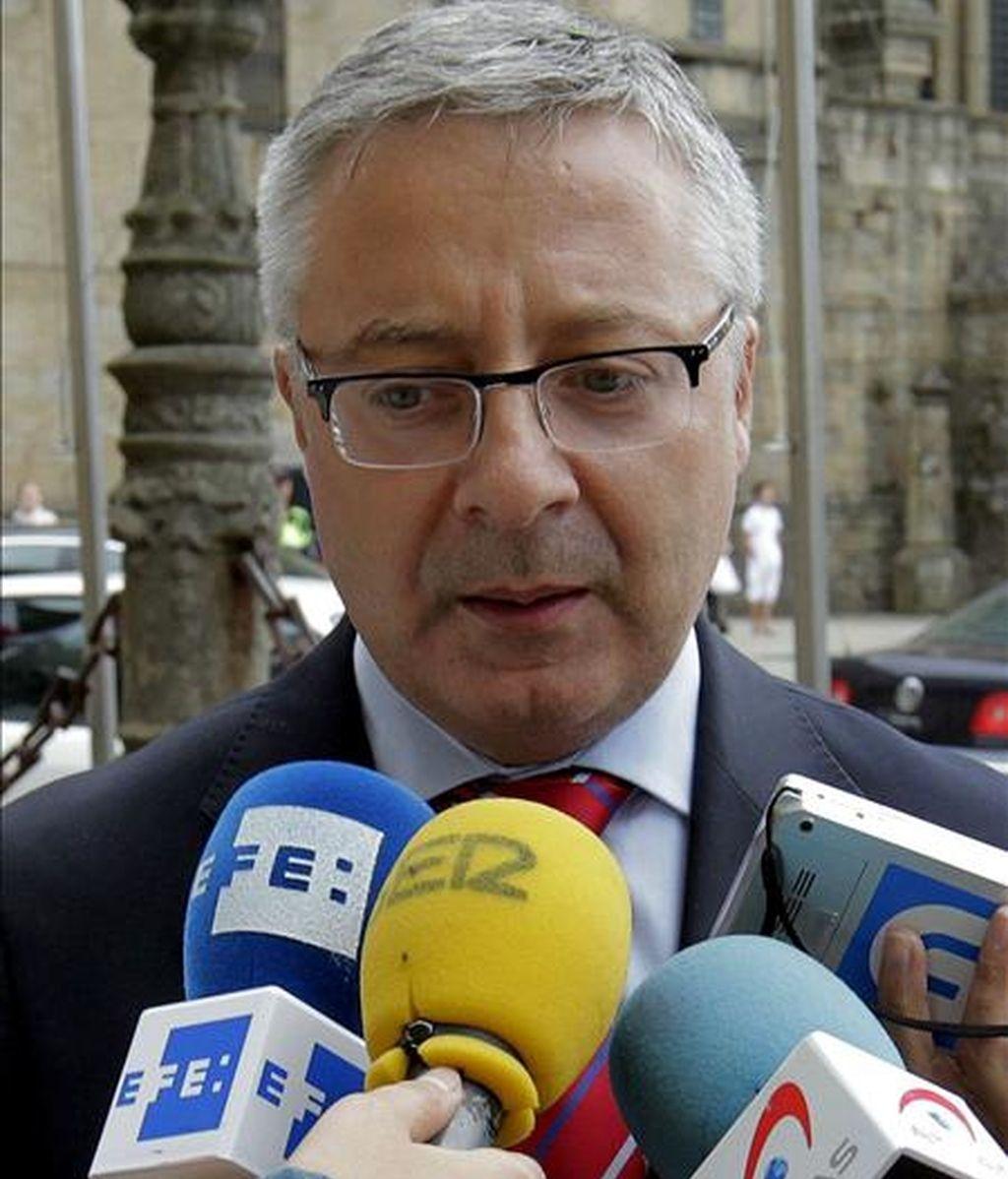 El ministro de Fomento, José Blanco, durante unas declaraciones a la prensa ayer en Santiago de Compostela. EFE