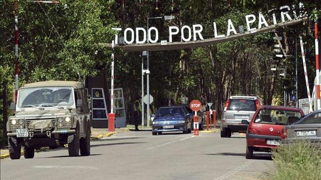 Acceso a la base militar del Ferral del Bernesga (León) donde se aloja el V Batallón de la Unidad Militar de Emergencias (UME). Los 92 militares que permanecían inmovilizados desde el pasado lunes en el cuartel debido a la gripe AH1N1 abandonarán hoy estas instalaciones al levantarse las medidas cautelares de aislamiento. EFE