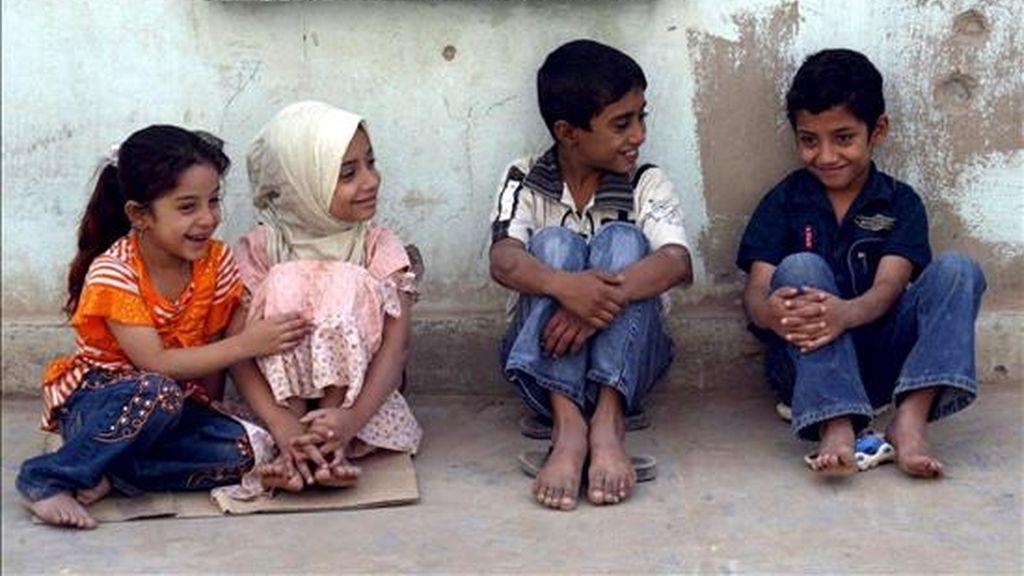 Niños huérfanos iraquíes esperan para recibir regalos en Ciudad Sader, el barrio más populoso de Bagdad (Irak). EFE/Archivo