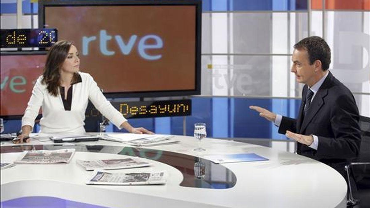 """El presidente del Gobierno, José Luis Rodríguez Zapatero, es entrevistado por la periodista Pepa Bueno, hoy en el programa """"Los Desayunos de TVE"""". EFE"""