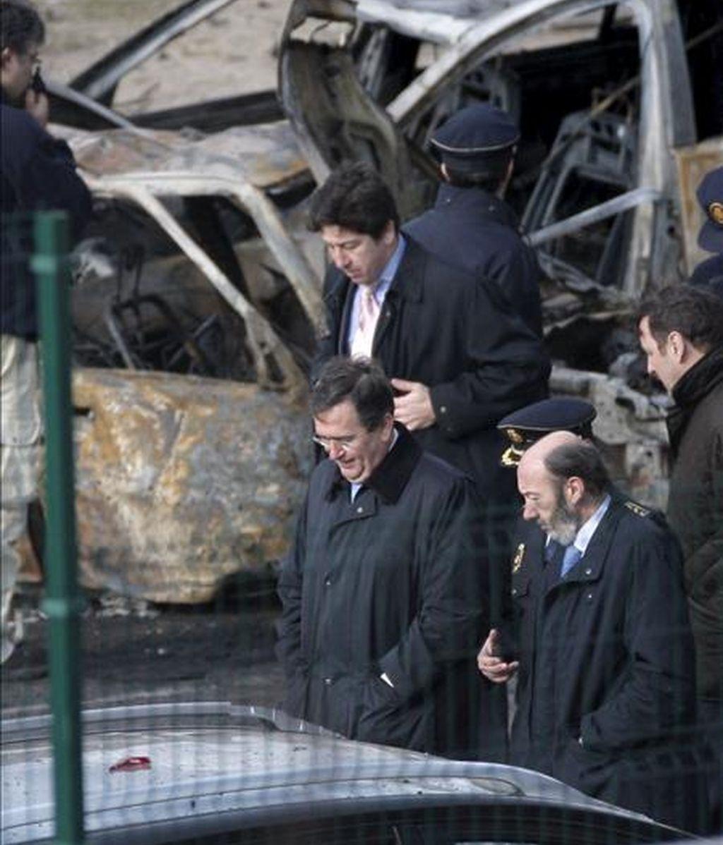 El ministro del Interior, Alfredo Pérez Rubacalaba (d), observa los destrozos causados por la explosión de un coche bomba ocurrida esta mañana en el Campo de las Naciones de Madrid. EFE