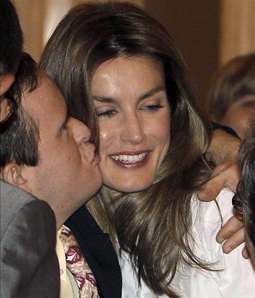 """La Princesa de Asturias, que recibió en audiencia hoy en el Palacio de la Zarzuela a una representación de la Asociación de padres por la integración """"San Federico"""", es besada por uno de los chicos que asistió al acto. EFE"""