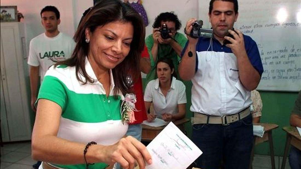 La ex vicepresidenta Laura Chinchilla ejerce su voto  en San José (Costa Rica). El Partido Liberación Nacional (PLN), gobernante en el país centroamericano, escoge a su candidato presidencial para las elecciones de febrero de 2010. EFE