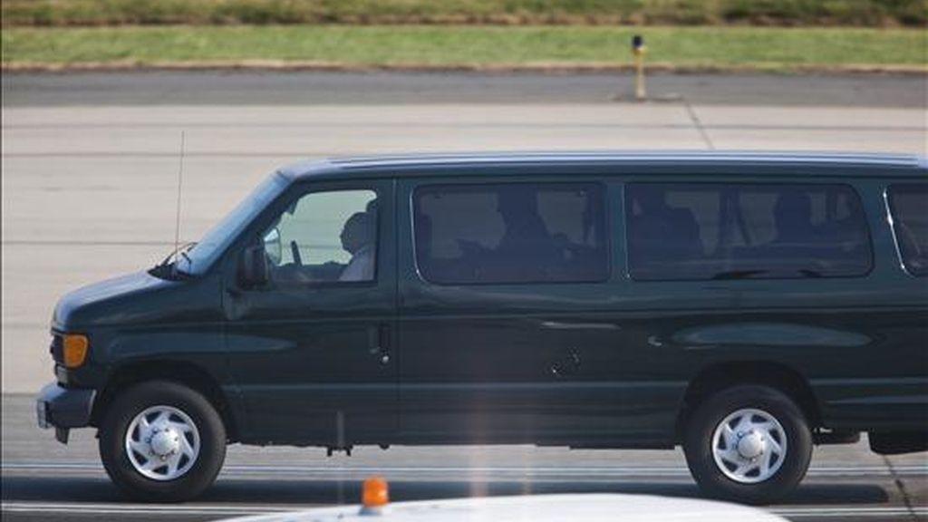 Una camioneta transporta el pasado viernes en el aropuerto internacional Dulles, a las afueras de Washington, a los cuatro ciudadanos rusos que llegaron procedentes de Viena y que estaban en una prisión en su país natal por trabajar como agentes secretos para la Inteligencia estadounidense. EFE/Archivo