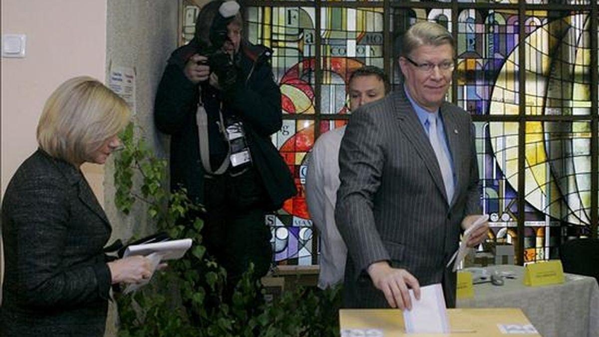 El presidente de Letonia, Valdis Zatlers (d), y su esposa Lilita Zatlere ejercen su derecho al voto durante las elecciones al parlamento europeo y al gobierno local, ayer en Riga, Letonia. EFE