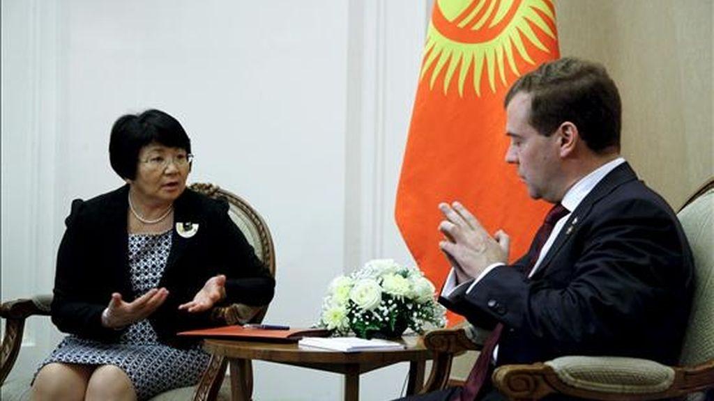 La presidenta de Kirguizistán, Rosa Otunbayeva (i), conversa con su homólogo ruso, Dmitri Medvedev, en el marco de la cumbre de la Comunidad Económica Eurasiática (CEEA) celebrada en Astaná, Kazajistán, hoy, lunes 5 de julio de 2010. EFE