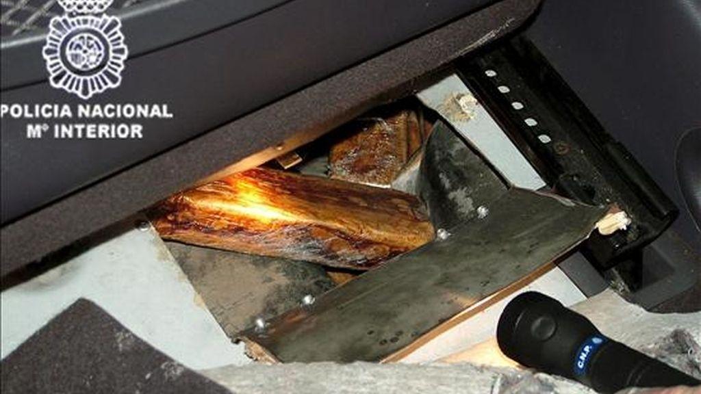 En la imagen, droga incautada en el interior de un vehículo en una operación de la Policía Nacinal contra el narcotráfico. EFE/Archivo