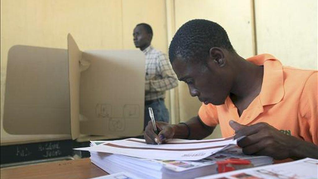 Un hombre vota en el colegio electoral de Belair, durante las elecciones presidenciales, en Puerto Príncipe (Haití). EFE