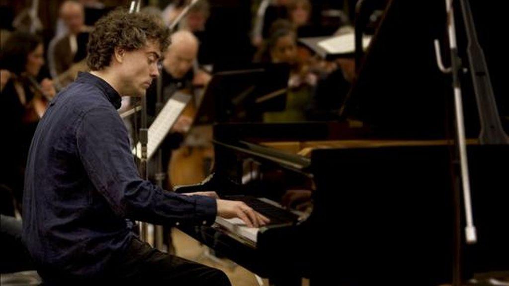El pianista británico Paul Lewis, discípulo del gran Alfred Brendel, que interpreta a partir de mañana miércoles en los BBC Proms el ciclo de cinco conciertos para piano de Beethoven con la Sinfónica de la BBC bajo la dirección de Jiri Belohlávek, durante un ensayo en Londres. EFE/BBC