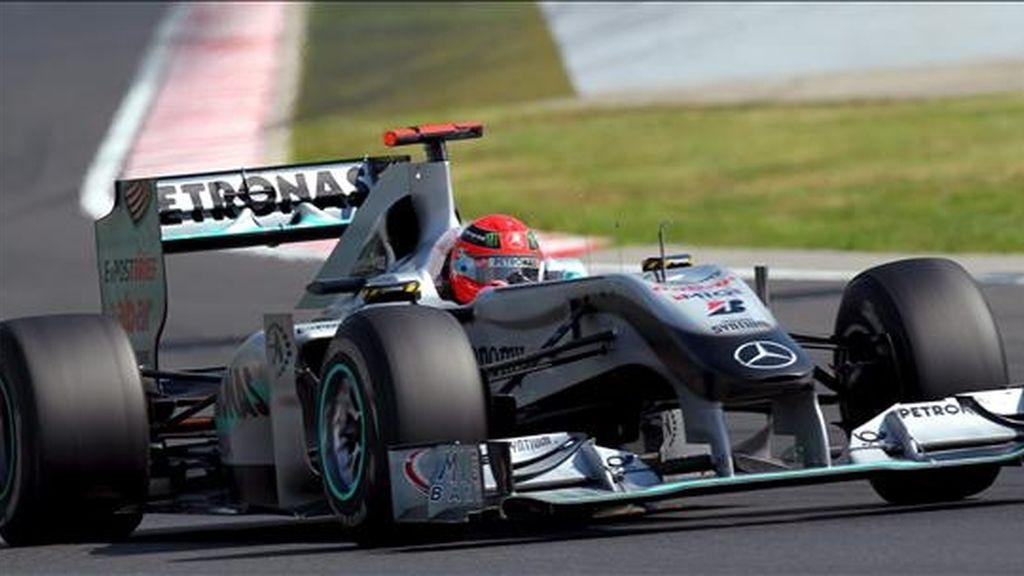 El piloto alemán Michael Schumacher, de la escudería Mercedes GP, toma una curva durante el Gran Premio de Hungría de Fórmula Uno en el circuito Hungaroring en Mogyorod, al noreste de Budapest, disputado ayer. EFE
