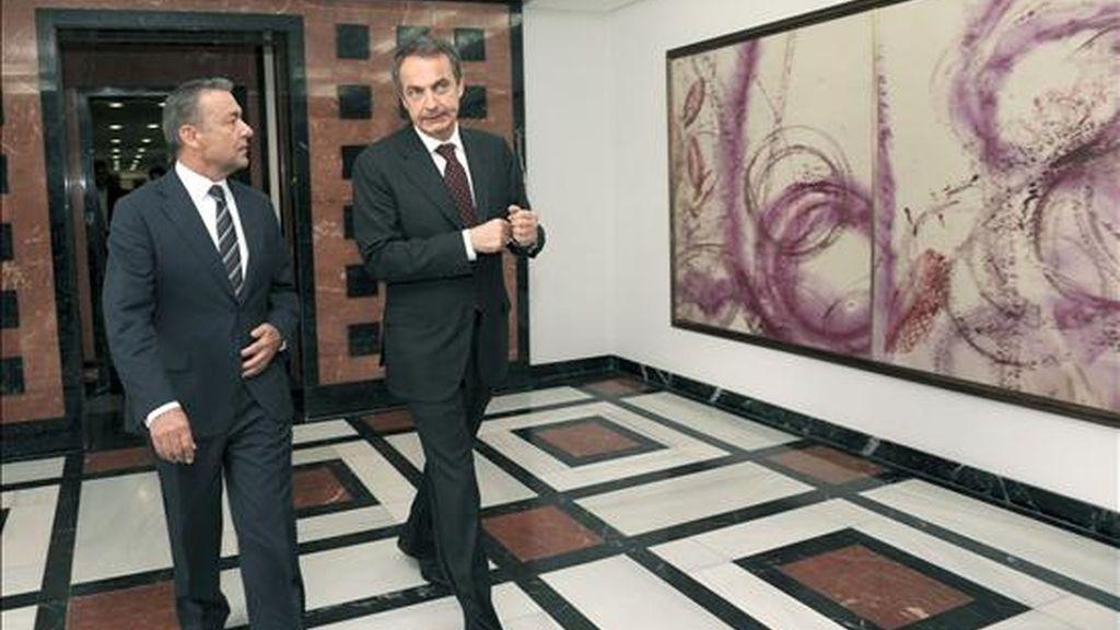 El presidente del Gobierno, José Luis Rodríguez Zapatero (d), y el presidente de Canarias, Paulino Rivero, durante momentos antes de la rueda de prensa que han ofrecido tras la reunión que mantenida hoy en la sede de la Presidencia del Ejecutivo regional en Las Palmas de Gran Canaria. EFE