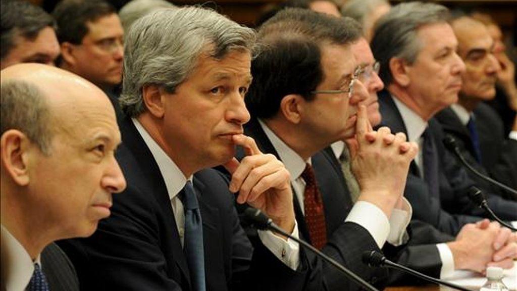 Los principales ejecutivos de algunas de las firmas que se acogieron al plan de rescate de Wall Street rinden cuentas en una audiencia de la Cámara de Representantes de EE.UU., en Washington DC. EFE