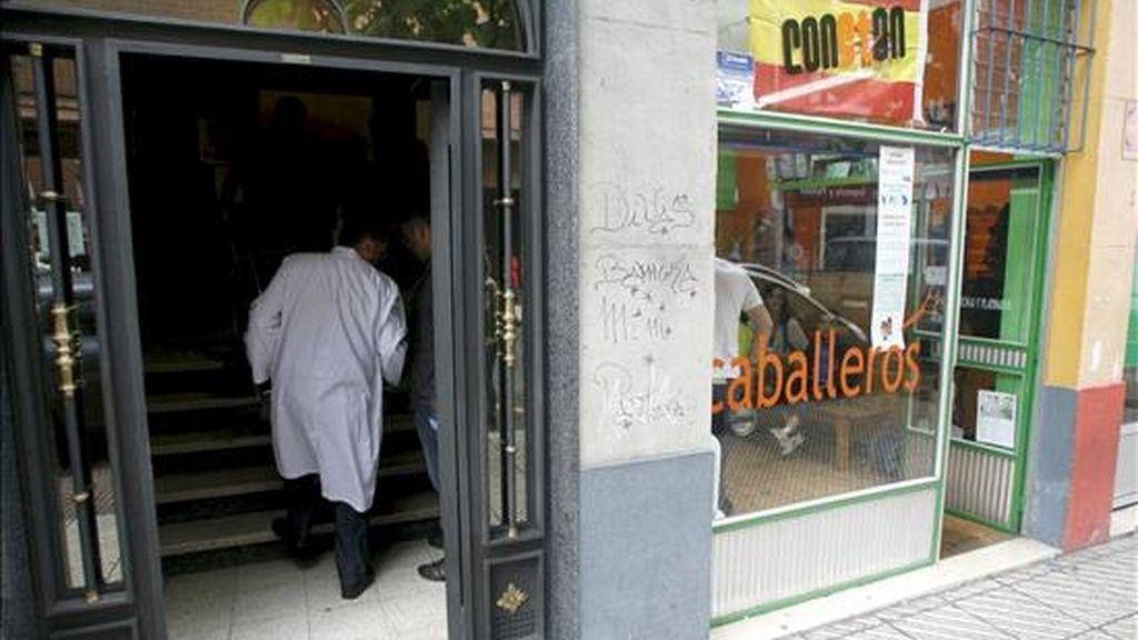 Imagen del portal de la calle Comandante Bruzo de Oviedo donde un hombre de 58 años falleció a causa de una herida de arma blanca causada, presuntamente, por su hija de 18 años, que ha sido detenida. EFE