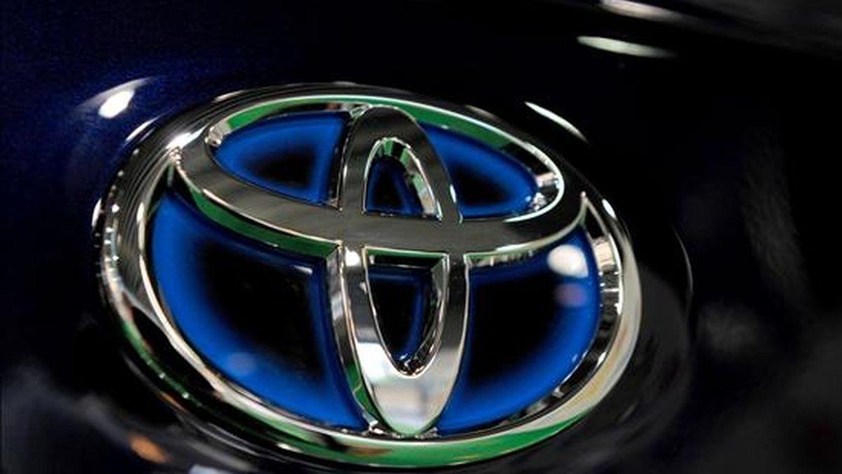 Logotipo de la marca de automóviles japonesa Toyota en un vehículo expuesto en un concesionario de la marca en Tokio. EFE