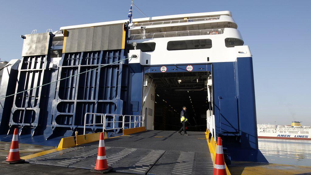 Los barcos permanecen amarrados en el puerto griego del Pireo