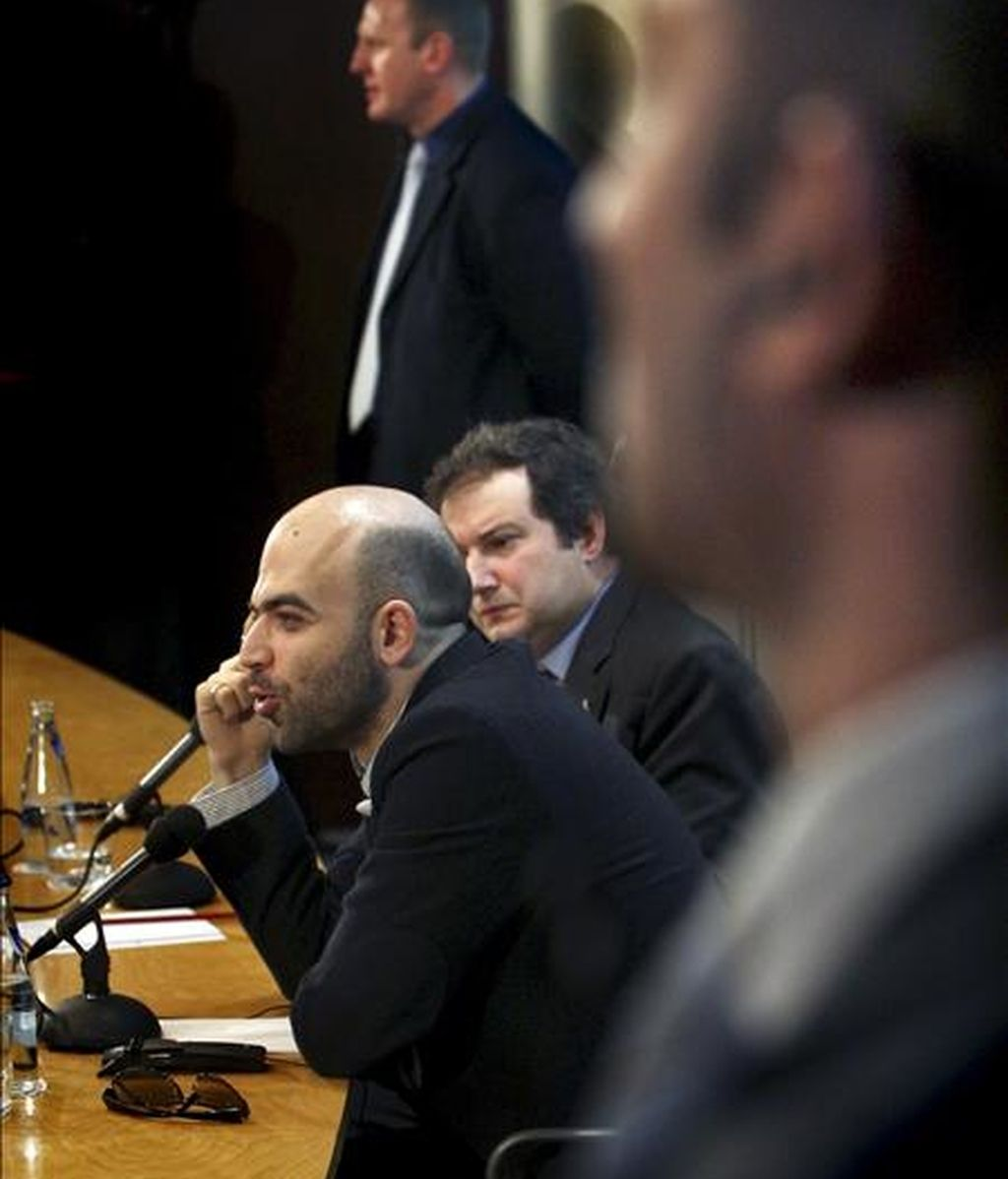 """El periodista y escritor italiano Roberto Saviano, autor de """"Gomorra"""", durante la rueda de prensa que ha ofrecido esta mañana en el Ayuntamiento de Barcelona, rodeado de unas excepcionales medidas de seguridad. EFE"""
