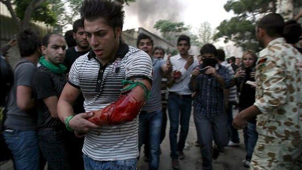 Un joven herido por un disparo en las protestas en apoyo del candidato opositor iraní Mir Husein Musaví. EFE