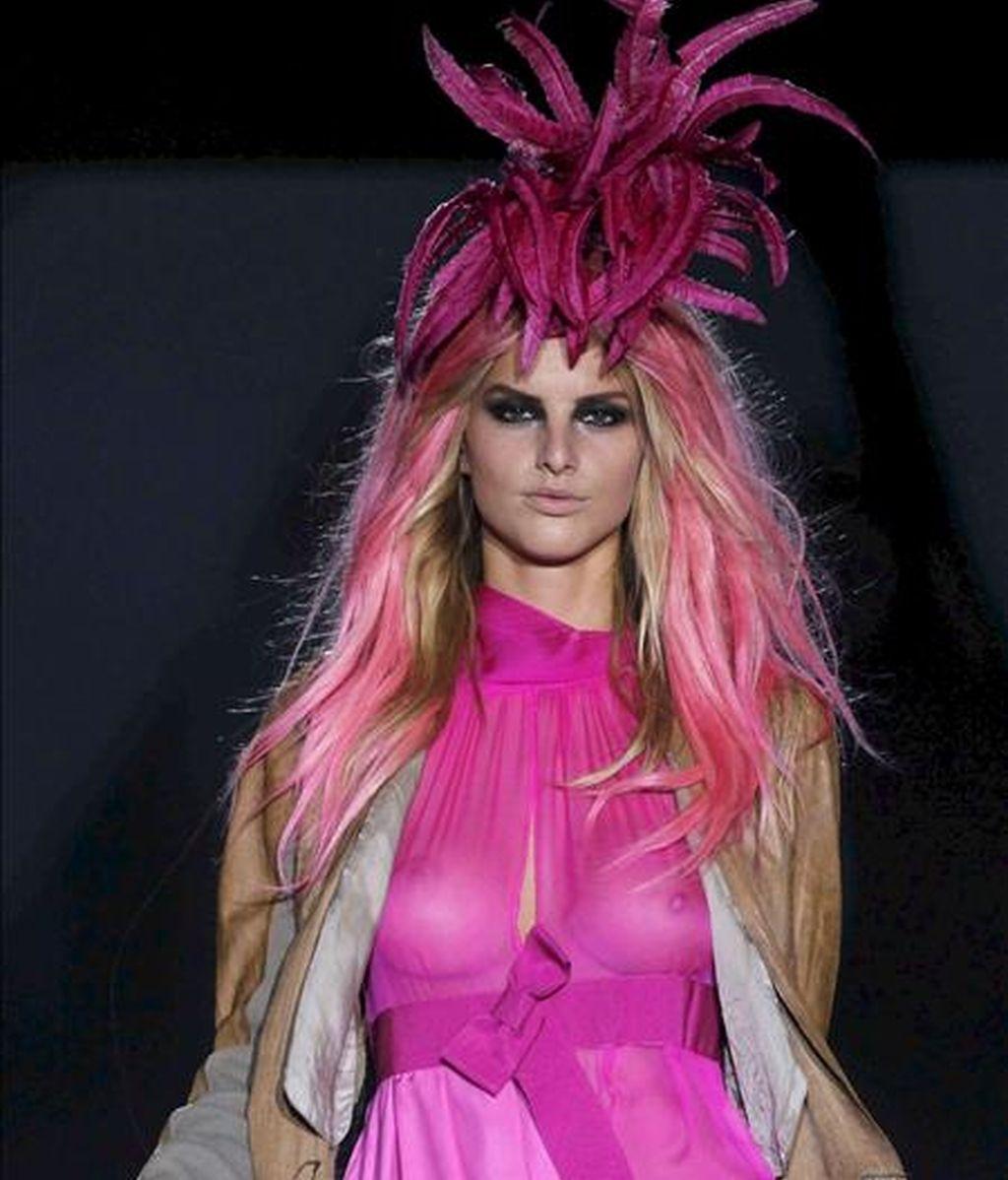 Una modelo luce una de las creaciones del diseñador Roberto Verino durante la presentación de su colección primavera/verano 2011 en la Cibeles Madrid Fashion Week que se celebra en la capital. EFE