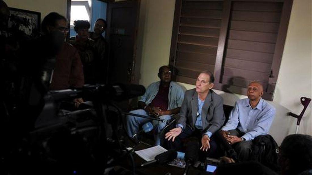 """Los opositores cubanos René Gómez Manzano (c), Felix Bonne (i) y Guillermo Farías (d) ofrecen una rueda de prensa este 7 de diciembre en La Habana, Cuba, para presentar el documento """"Cuba es lo primero"""". EFE"""