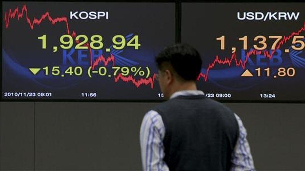 Un trabajador del Banco de Cambio de Corea del Sur observa la evolución del índice Kospi, en la sede de la banca en Seúl, Corea del Sur. EFE/Archivo