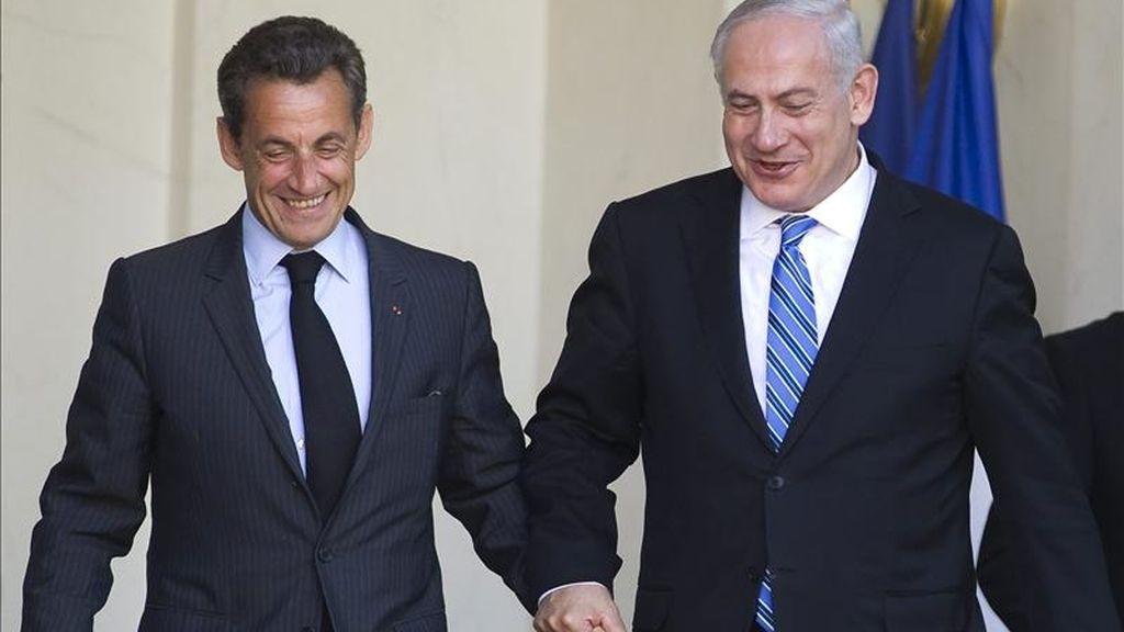 El presidente francés, Nicolás Sarkozy (i), se despide del primer ministro israelí, Benjamín Netanyahu, después de la reunión que mantuvieron en el palacio del Elíseo en París, Francia. EFE