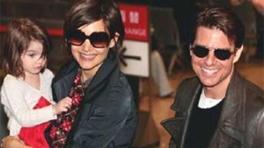Tom Cruise y Katie Holmes con su hija en una imagen de archivo. Foto: AP