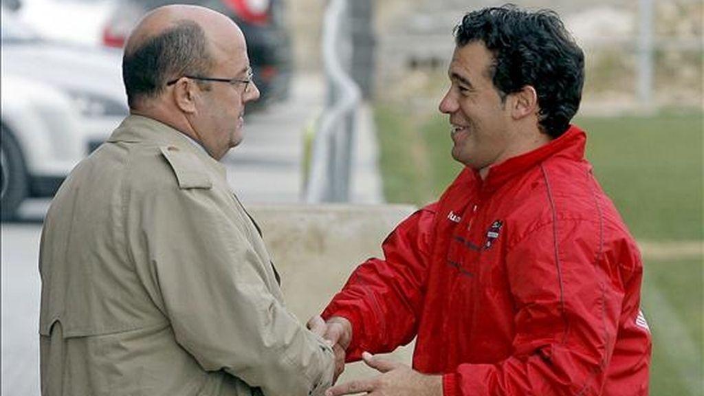 El presidente del Levante UD, Jesús Serna (i), saluda al técnico del equipo, Luis García Plaza, en las instalaciones de la ciudad deportiva de Buñol (Valencia). EFE/Archivo