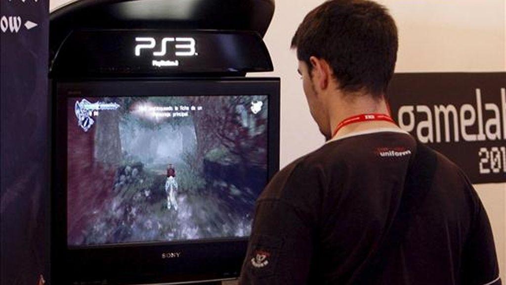 Un joven juega con un videojuego. EFE/Archivo