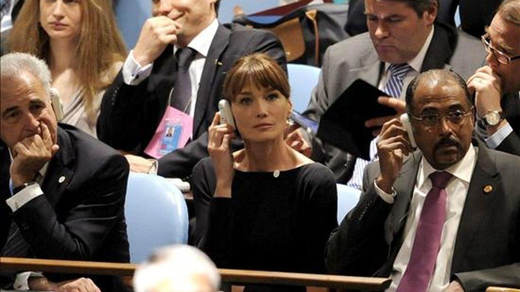 La esposa del presidente francés Nicolás Sarkozy, Carla Bruni-Sarkozy (c), escucha en directo el discurso de su esposo durante la la jornada inaugural de la asamblea de la ONU para los Objetivos del Milenio en la sede de Naciones Unidas en Nueva York (EE.UU.). EFE