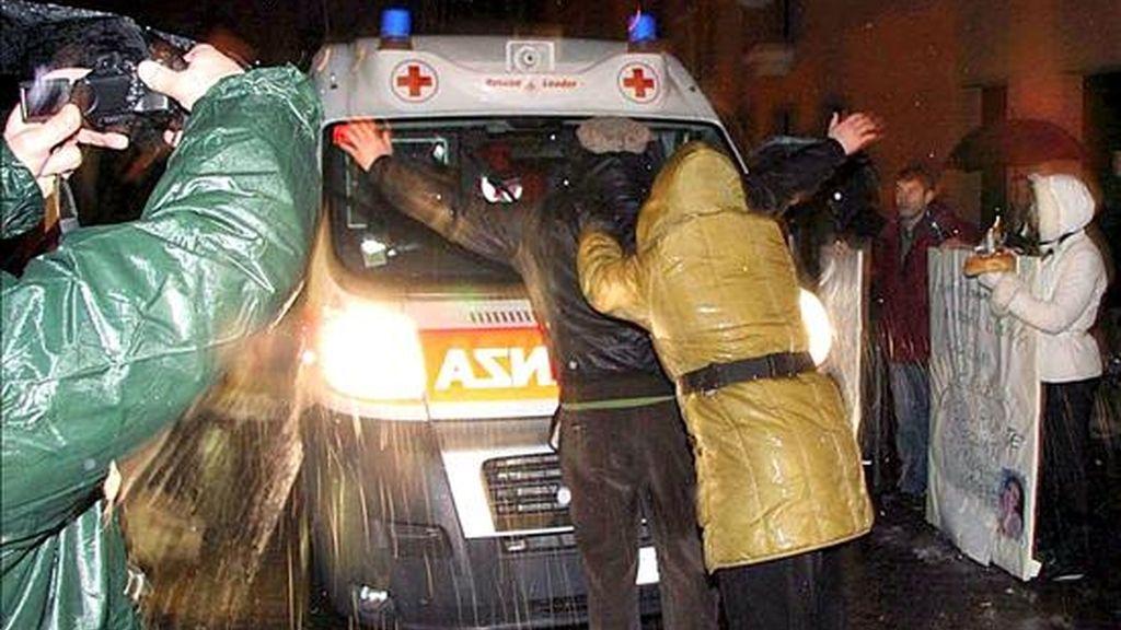 """Imagen facilitada el pasado 3 de febrero, que muestra a varias personas intentando impedir el traslado en ambulancia de Eluana Englaro hacia la clínica """"La Quiete"""" de Udine (noreste), donde fue desconectada de la sonda alimenticia que la mantenía con vida. EFE"""