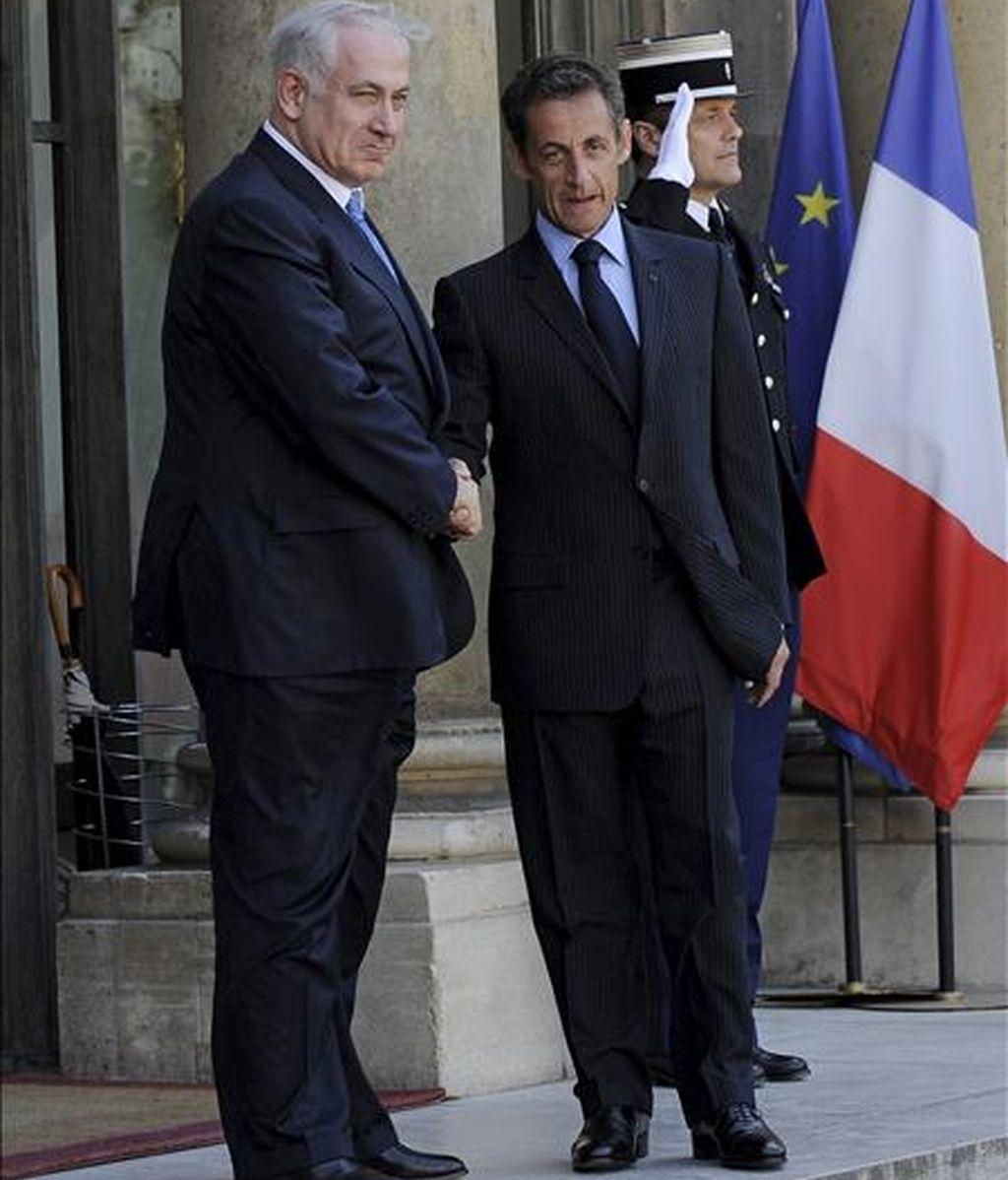 El presidente de Francia, Nicolas Sarkozy, saluda al primer ministro israelí, Benjamin Netanyahu, a su llegada al Palacio del Elíseo. EFE