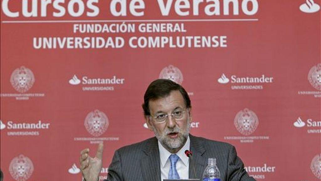 """El presidente del PP, Mariano Rajoy, durante la conferencia que ofreció hoy, en San Lorenzo de El Escorial, en la inauguración del curso """"Políticas públicas para la libertad y progreso"""", en el marco de los cursos de verano de la Universidad Complutense. EFE"""