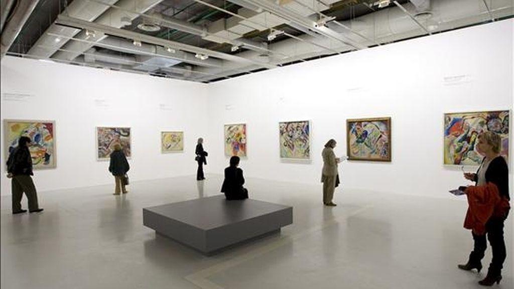 Visitantes observan los distintos cuadros del artista ruso Vassily Kandinsky expuestos en el centro Pompidou de París, Francia. Este centro acoge hasta el 10 de agosto de 2009 una exposición retrospectiva del trabajo de Kandinsky. EFE
