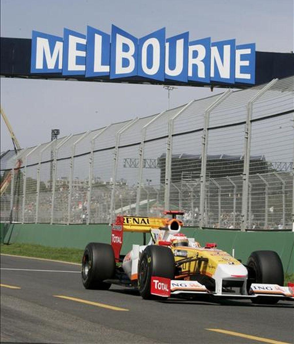 El piloto español de Fórmula Uno Fernando Alonso, de Renault, conduce su monoplaza durante la primera sesión de entrenamientos libres hoy en el circuito Albert Park de Melbourne (Australia). EFE