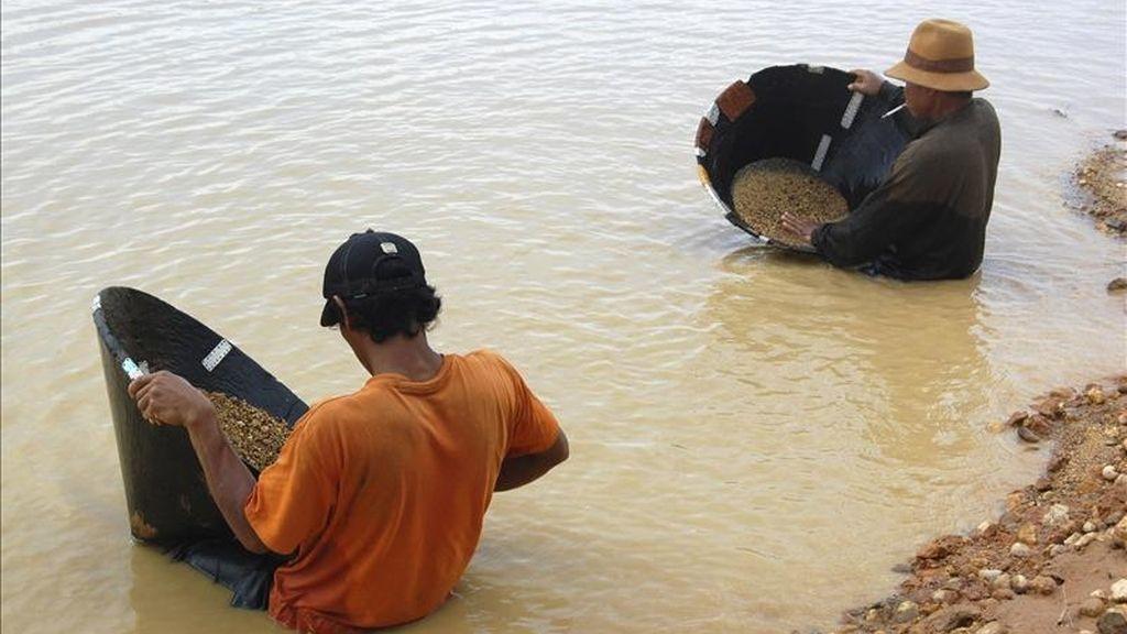 Dos hombres se afanan en la búsqueda de diamantes en Cempaka, al sur de Borneo, en Indonesia, donde centenares de mineros conservan los métodos artesanales de hace 200 años para horadar la tierra en busca de diamantes y otras piedras preciosas que atraen a comerciantes de medio mundo. EFE