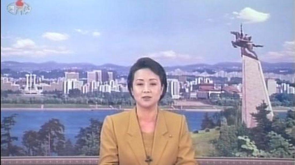 Imagen televisiva obtenida de la Agencia Central de Noticias de Corea del Norte que muestra a la presentadora de una cadena de televisión norcoreana mientras informa que el ministerio del Exterior de su país, rechaza la condena al lanzamiento del cohete por Corea del Norte, que ayer aprobaron por unanimidad los 15 miembros del Consejo de Seguridad de la ONU y que endurece las sanciones contra Pyongyang. EFE/YNA