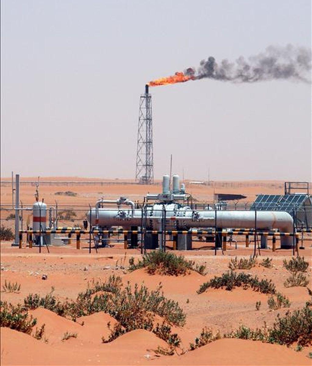 El yacimiento de petróleo Khurais en el desierto, a unos 160 kilómetros de Riyadh (Arabia Saudí). EFE/Archivo